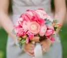 Bouquet rosa con dalie, ranuncoli, calle, tulipani e foglie di quercia