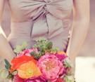 Bouquet con dalie, peonie, papaveri arancio, muscari e sedum