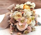 Bouquet romantico di ranuncoli, helleboro e rami di erica