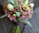 Bouquet campestre con dalie, lisianthus, ortensie e foglie di salvia