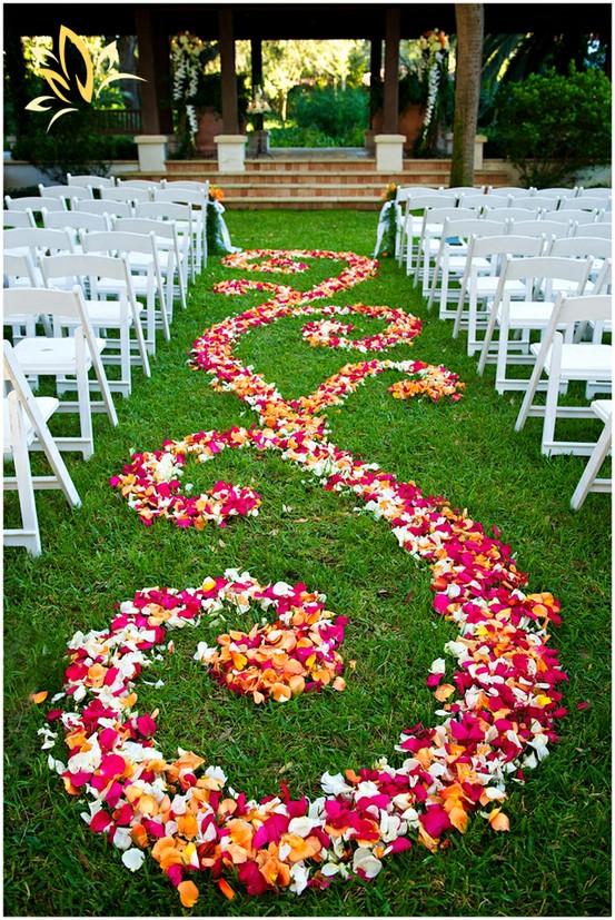 Decorazione giardino per cerimonia con petali