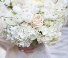 Bouquet bianco di ranuncoli, rose e ortensie