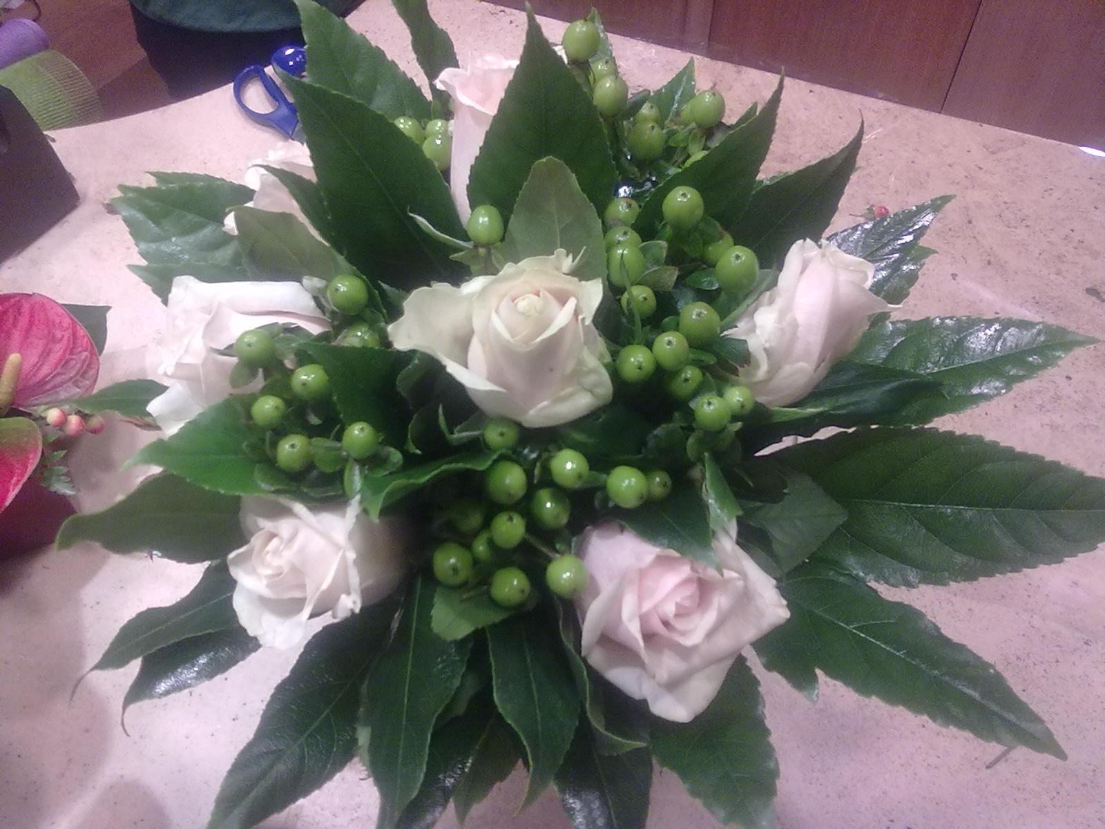 Elisabetta fiori e piante centrotavola con rose bianche e iperico verde - Interflora contatti ...