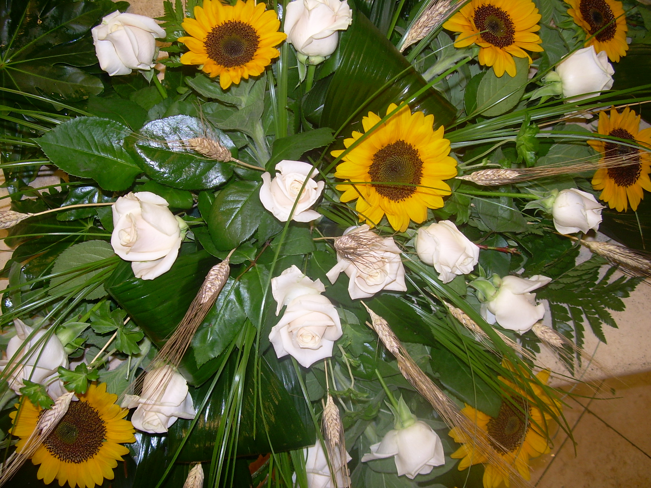 Centrotavola Con Girasoli Matrimonio : Elisabetta fiori e piante centrotavola cadente con rose