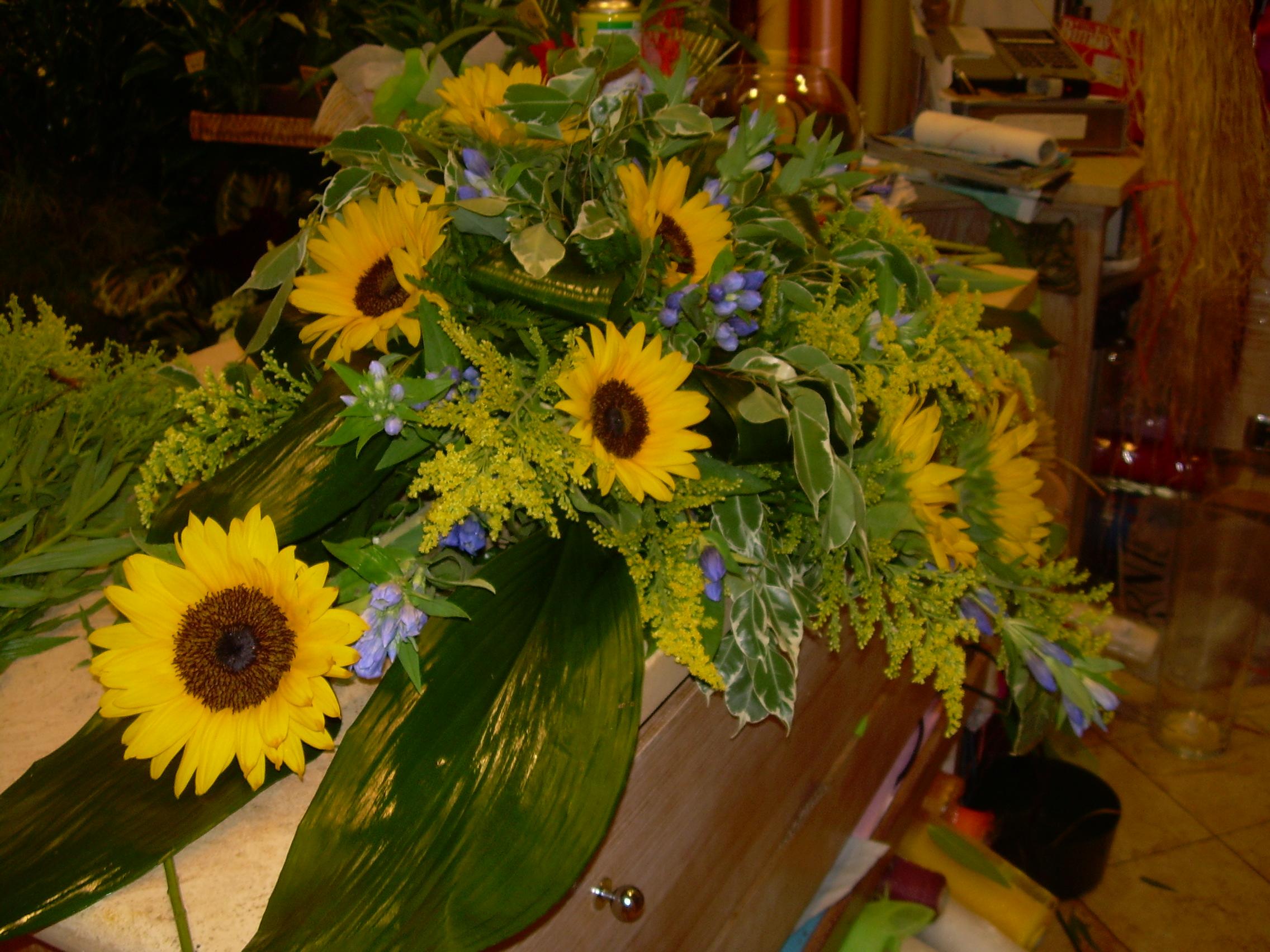 Elisabetta fiori e piante centrotavola con girasoli gentiana e solidago - Interflora contatti ...