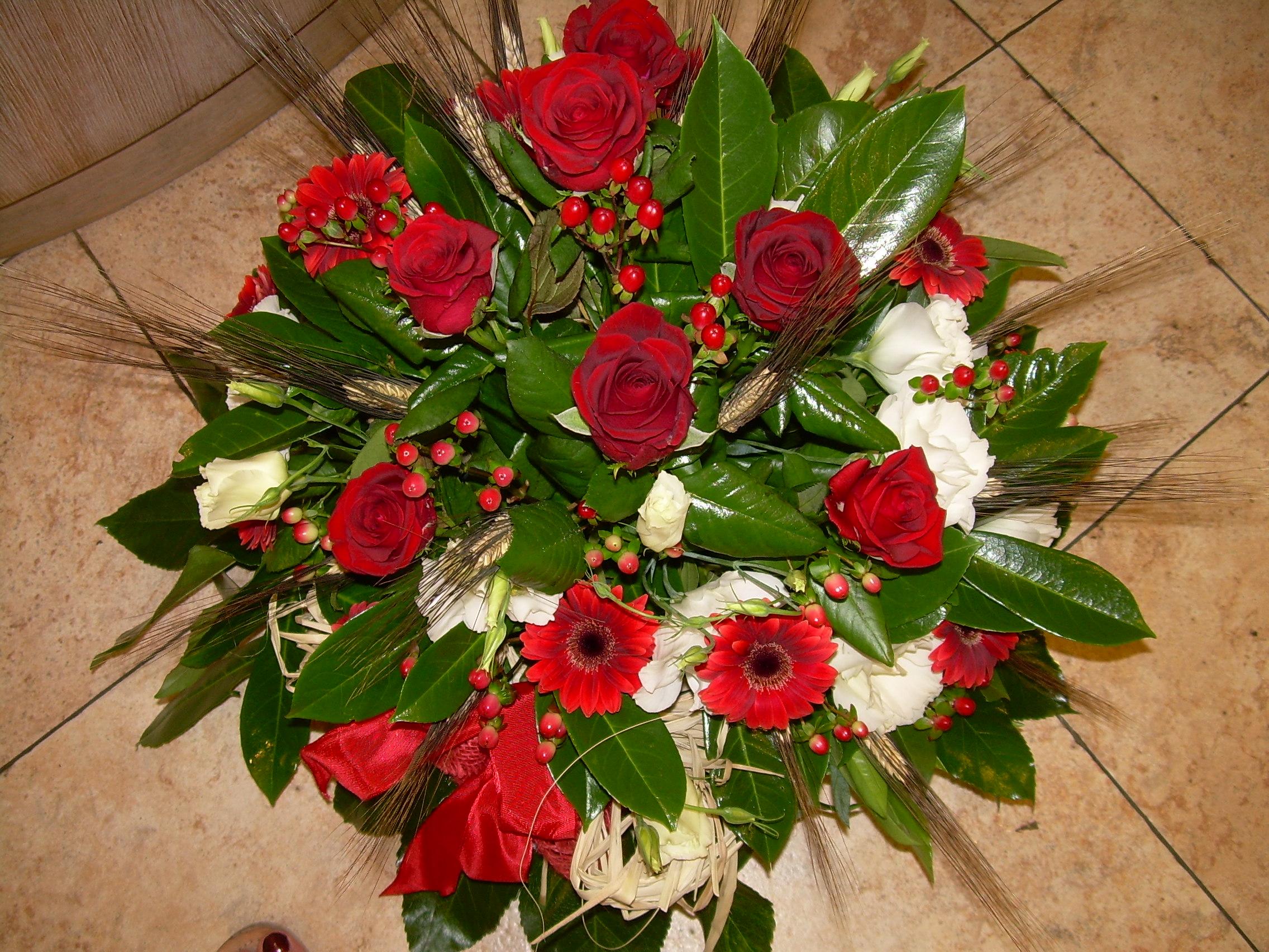Elisabetta fiori e piante centrotavola con gerbere rose iperico spighe di grano e lauro ceraso - Interflora contatti ...