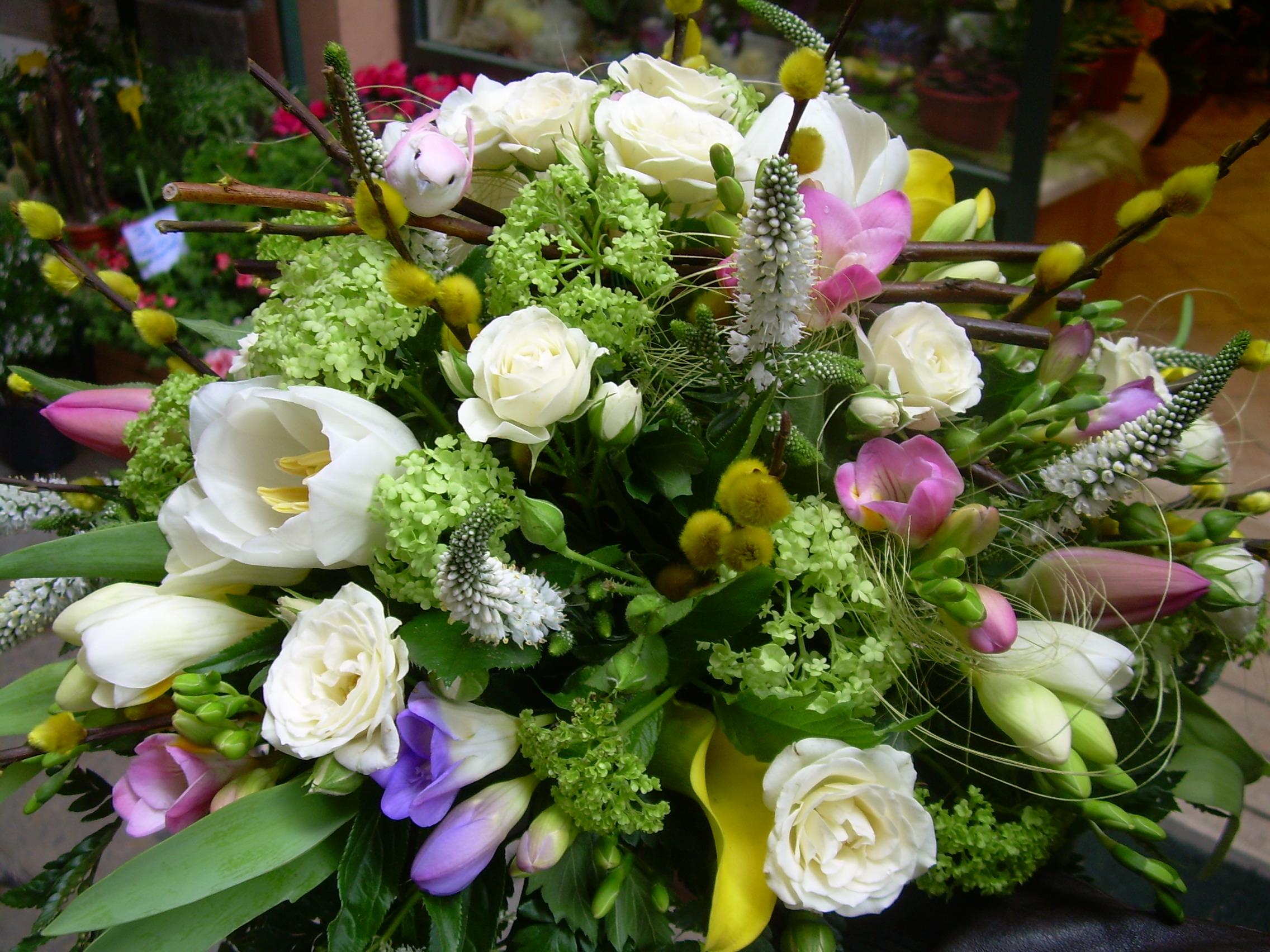 Elisabetta fiori e piante centrotavola con veronica fresie topini viburno rose tupilani - Interflora contatti ...