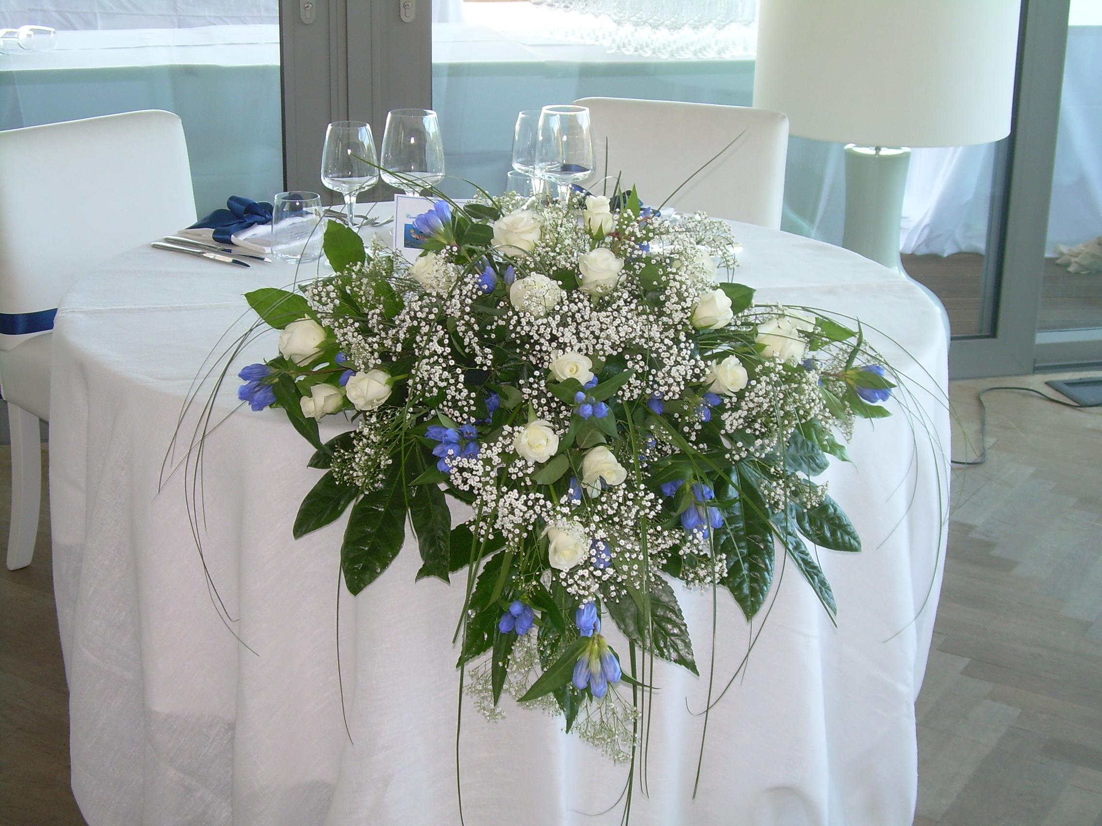 Elisabetta fiori e piante centrotavola cadente con gentiana rose e gipsophila - Interflora contatti ...