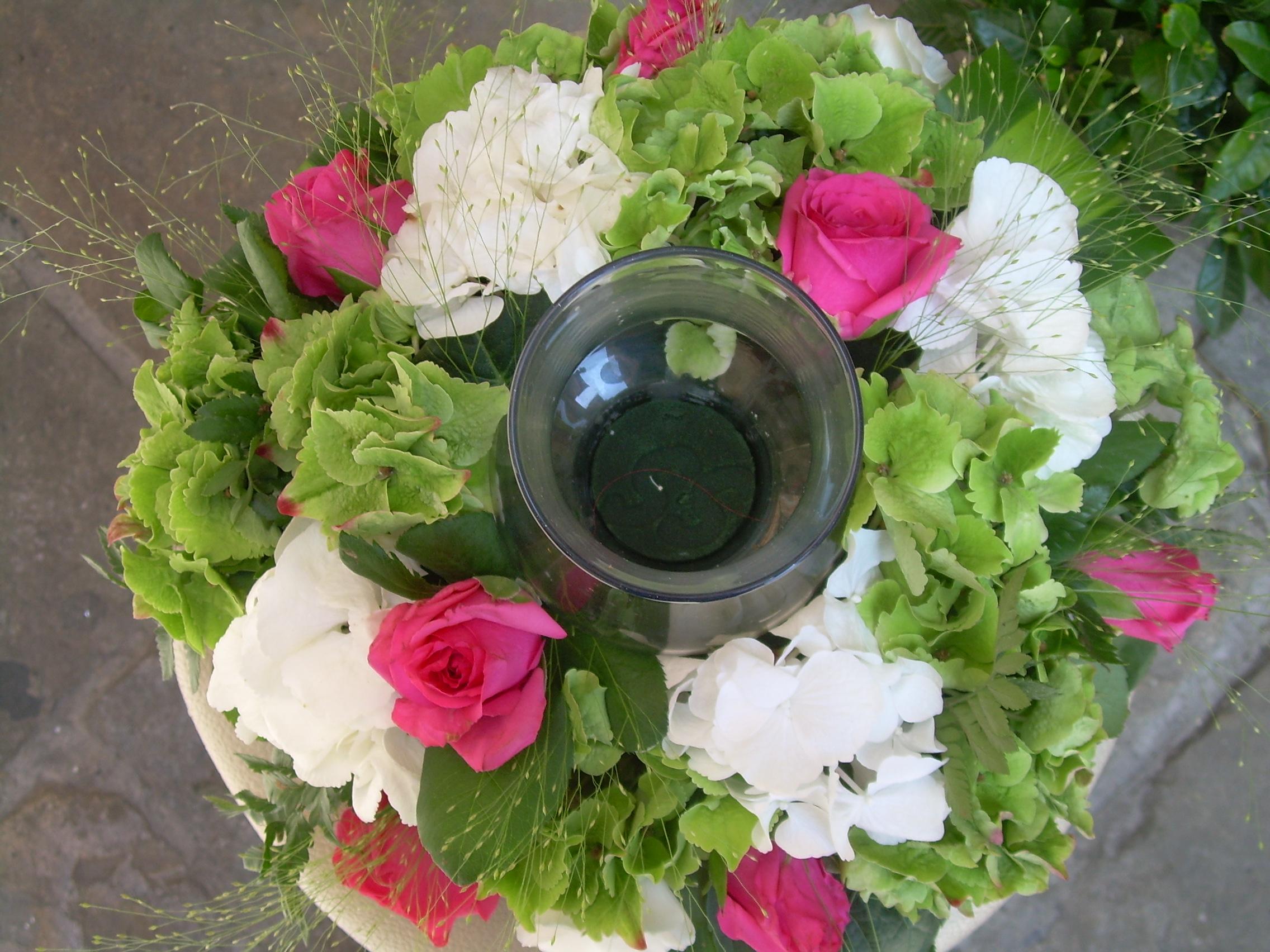Elisabetta Fiori e Piante – Centrotavola con candela, rose fucsia, ortensie v...