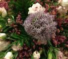 Bouquet viola e bianco con fiore dell'aglio
