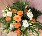 Bouquet rose arancioni e lisianthus bianco