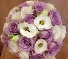 Bouquet con rose viola e lisianthus bianco