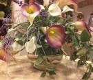 Composizione di fiori artificiali con sabbia colorata
