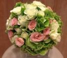 Bouquet con lisianthus rosa e bianco e ortensie verdi