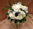 Centrotavola bianco e viola con ortensie e gentiana blu