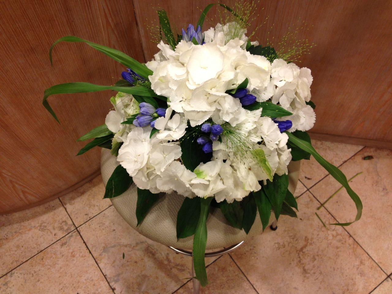 Elisabetta fiori e piante centrotavola con ortensie e for Ortensie bianche