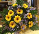 Bouquet giallo e viola di gerbere, agapanthus e limonium