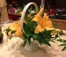 Composizione con cestino di lilium arancione