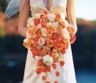 """Bouquet di rose arancioni e bianche con alchechengio (""""chinese lantern"""")"""