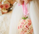 Bouquet a forma di palla con rose bianche e rosa