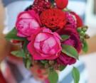 Bouquet di rose centifolia rosse e rosa, scabiosa, foglie locali e lamponi