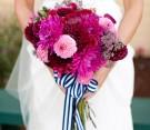 Bouquet fucsia con nastro marino