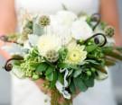 Bouquet con rose rosa pallido, eucalipto, grano verde, scabiosa pods, piante grasse