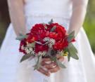 Bouquet rosso con foglie di salvia