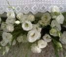 Decorazione altare con lisianthus bianco