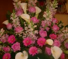 Composizione con gerbere fucsia, calle bianche, rose aqua