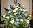 Composizione con gerbere e rose bianche, rose blu e nebbiolina