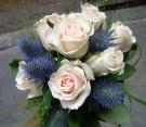 Bouquet di rose panna rosato, eringium e panicum
