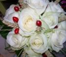 Bouquet con rose bianche, iperico e spighette di triticum