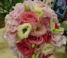 Bouquet con lisianthus colorati e ortensie rosa