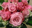 Bouquet di rose rosa e nebbiolina