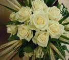 Bouquet con rose bianche e spighe di grano