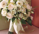 Bouquet bianco di rose con spighe di grano
