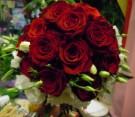 Bouquet con rose rosse e lisianthus bianco