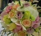 Bouquet con ortensie rosa e bianche, rose color pesca, viola, fucsia e bianche, beargrass