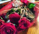 mazzo di rose rosse romantico con spighe di grano naturali avvolto in yuta