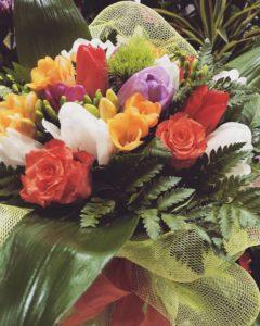 boquet invernale con tulipani e fresie