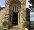 decorazione chiesa con fascio di ulivo appeso, piante di ulivo e composizione con peonie e lavanda