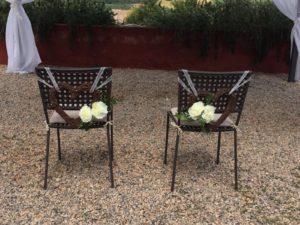 decorazione per sedia con cuore di vimini e peonie bianche