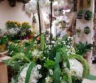 composizione di orchidea in pianta, ortensie, curcuma e margherite bianche, santini e setaria