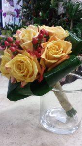 bouquet da sposa con rose aranciate e bacche di hipericum